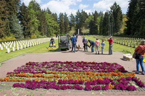 bloemen voor russiche soldaten bloemen en foto s geplaatst stichting russisch ereveld