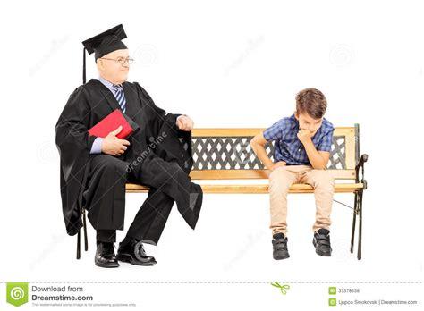 professeur m 251 r d universit 233 et un enfant r 233 fl 233 chi assis sur le banc photos libres de droits