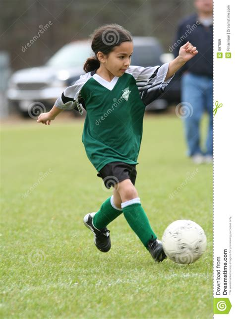 fille football soccer playing jouant young jeune het calcio gioca ragazza che speelvoetbal meisje jonge droits enfants kicked une