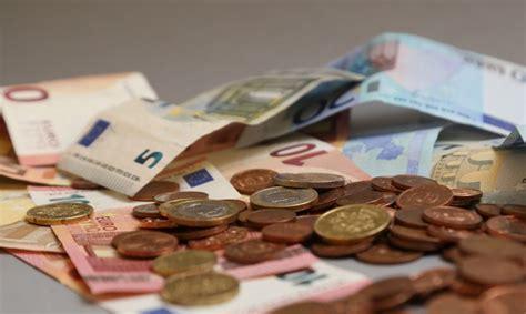 Cik maksā par studijām Latvijā? Noskaidrotas dārgākās ...