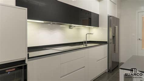 cocina moderna blanca  negra  frigo americano cocinas suarco fabrica  diseno de cocinas