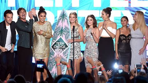 Our Top 7 Favorite Things About the Pretty Little Liars Cast