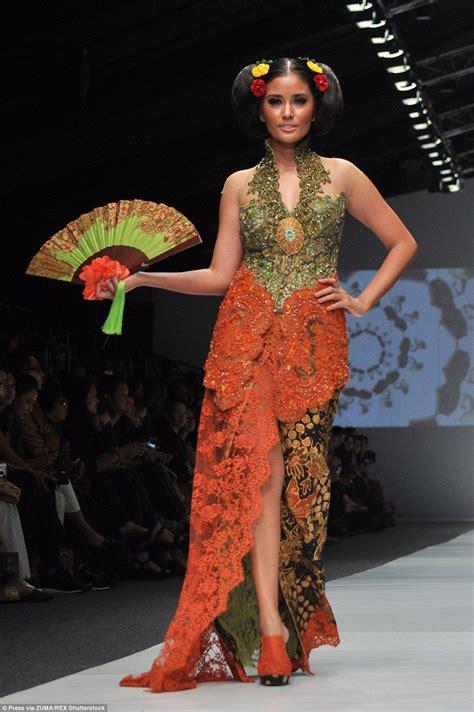 models wear hopping mad designs   runway kebaya
