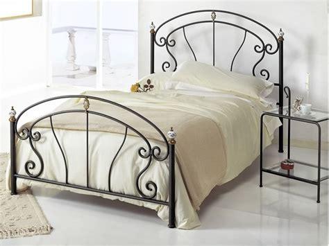 lit en fer forgé bolero 120 lit une place et demi en fer forg 233 avec ornements en laiton poli et c 233 ramique