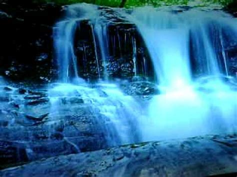 leuchtbild mit einem traumhaften wasserfall