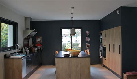 mur de cuisine cuisine contemporaine peinture mur gris foncé cuisine en