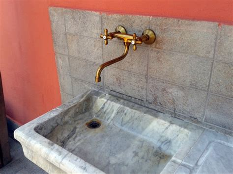 rubinetti stile antico foto finalizzazione messa in opera lavandino in marmo
