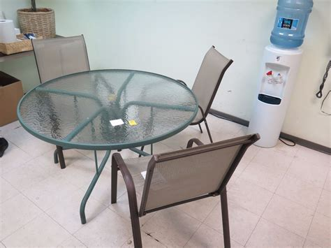 glass patio table w 4 patio chairs 4ft diameter power
