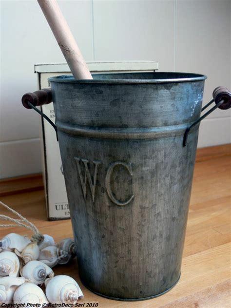 accroche ustensiles de cuisine seau zinc et brosse de toilette décoration brocante