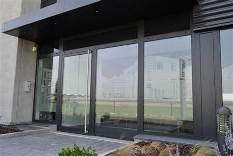 bureau vitre une décoration de facade et de vitres de bureaux un écran