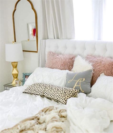 White Accent Pillows For Bed by 25 Best Ideas About White Tufted Headboards On