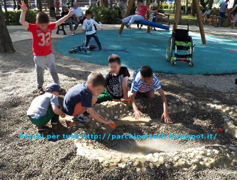 la ghiaia giocare con la ghiaia e l acqua al parco parchi per tutti