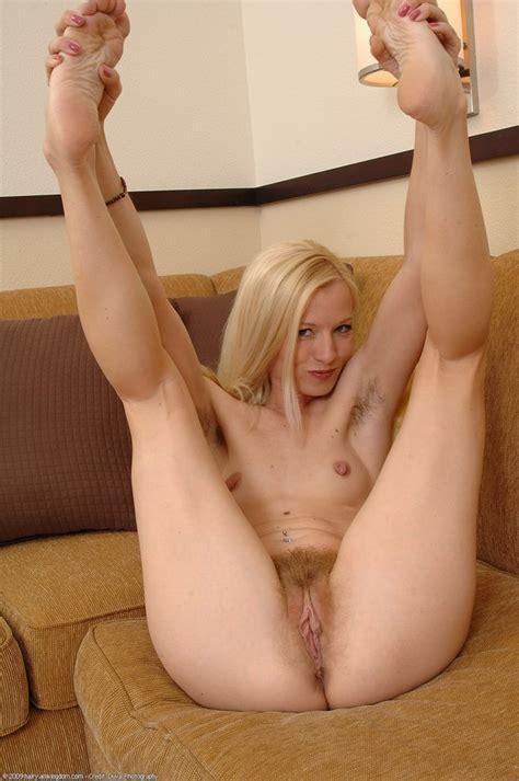 Blonde Sexy Avec Des Poils A La Chatte Et Sous Les Bras