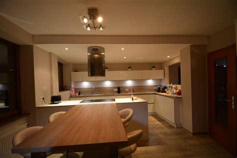 hotte de cuisine blanche cuisine blanche sans poignées avec plan bois et dekton