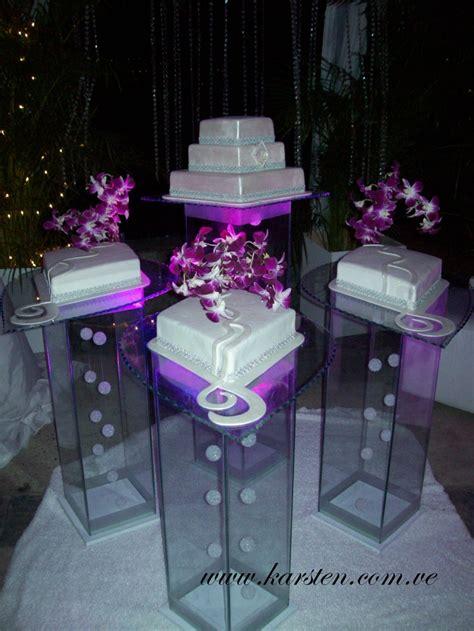 torta de boda color blanca en forma de rombo  detalles