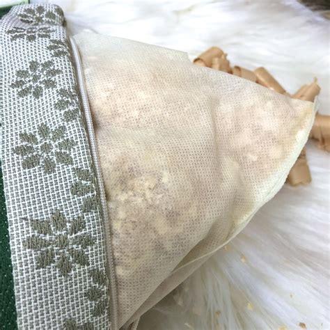 Il cuscino daunenstep perla cirmolo offre un supporto più sostenuto dato dal nucleo, e la soffici della piuma al questo cuscino ha un nucleo in pura lana vergine e fiocchi di cirmolo, ed è avvolto da un. Cuscino CIRMOLO con cervi e cuore, stile tirolese montagna, 100% cotone, 22 x 35 cm, colore ...