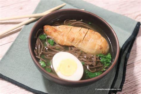 cuisine au grill soupe chinoise au poulet grillé et nouilles soba une