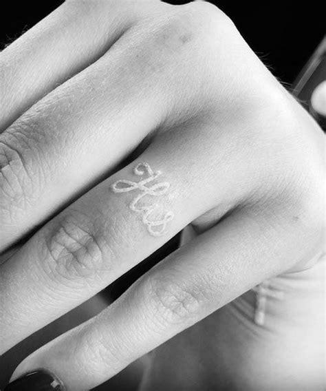 weisses scrpt tattoo als ehering tattoos wedding band tattoo tattoos band tattoo