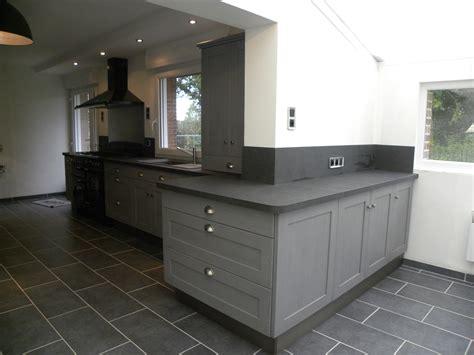 photo cuisine grise cuisine en bois gris cuisine bois verni rustique modle basilit bois verni cuisine grise et