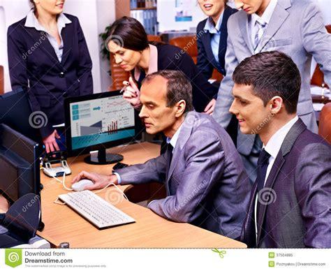 affaires de bureau gens d 39 affaires de groupe dans le bureau photo libre de