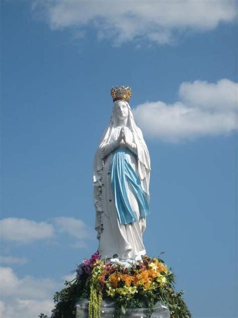 statue   crowned virgin  popluar meeting place