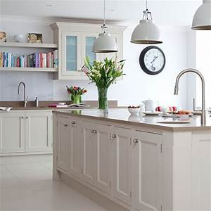 Kitchen island pendant lighting design : Traditional kitchen with prep island and pendant lighting