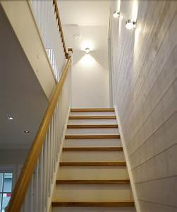 Indirekte Beleuchtung Treppe : indirekte beleuchtung einer geraden bei en treppe die seitenwand ist mit s gerohem wei em holz ~ Pilothousefishingboats.com Haus und Dekorationen