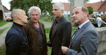 Lena odenthal (ulrike folkerts, links) und johanna stern (lisa bitter) verfolgen einen tatverdächtigen. Tatort: Der traurige König Film (2012) · Trailer · Kritik ...