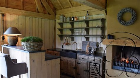 tuinhuis met open haard poolhouse keuken met gekaleide open haard in een houten