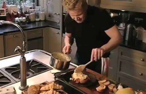 gordon ramsay cuisine en famille il garnit un croissant avec du saumon fumé et des oeufs