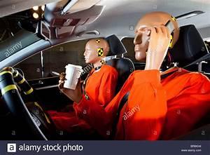 Crash Test Siege Auto : ein crashtest dummy achtlos benutzung eines mobiltelefons w hrend der fahrt mit einem crash test ~ Medecine-chirurgie-esthetiques.com Avis de Voitures