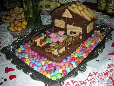 Gâteau D'anniversaire Maison En Chocolat Avec Jardin La