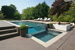 Oxted house located in england keribrownhomes for Modern backyard with pool