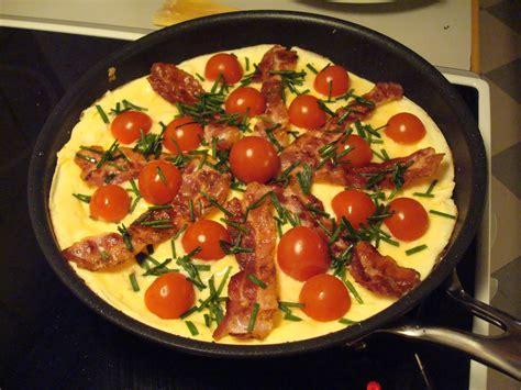 Klassisk æggekage med tomat, bacon
