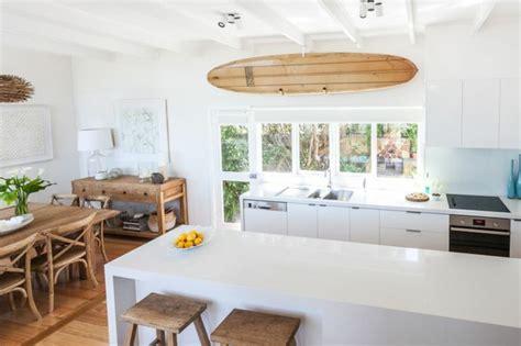 planche en bois cuisine décorez vos intérieurs avec une planche de surf archzine fr