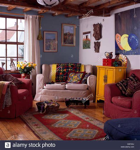 gemusterten teppich in blau wei 223 en haus wohnzimmer mit farbenfrohen plaids und kissen auf dem