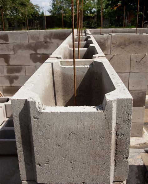 stützmauer bauen anleitung schalsteine setzen eine einfache anleitung