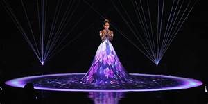 Jennifer Lopez Gives Beautiful Performance of 'Feel the ...