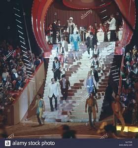 Künstler In München : zirkus krone in m nchen 1981 artisten auf der showtreppe circus krone in m nchen 1981 die ~ Markanthonyermac.com Haus und Dekorationen