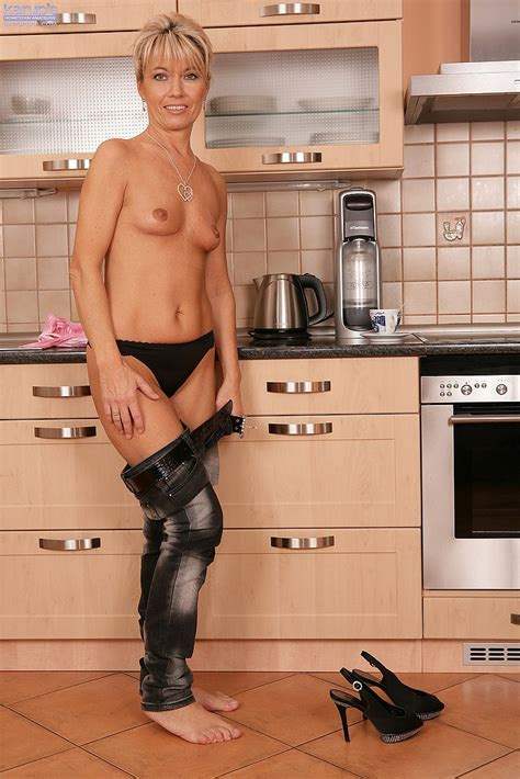 Darling Get Naked In The Kitchen Milf Fox