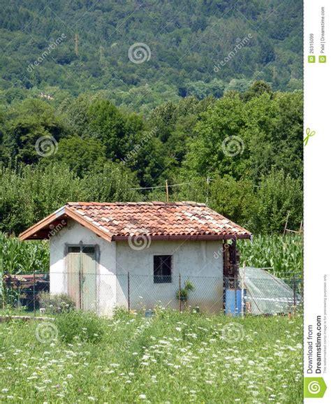 vieille maison de montagne dans la image stock image du haut herbe 26315099