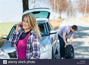 Changement Pneu Voiture : d faut de roue de voiture pneu crevaison changement homme femme appelant de l 39 aide banque d ~ Medecine-chirurgie-esthetiques.com Avis de Voitures