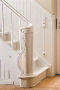 wandgestaltung diele wandvertäfelung treppe weiß flur