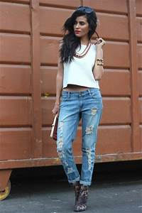 Streetstyle ripped jeans white crop top and statement gold necklace. | LaMode | Pinterest ...