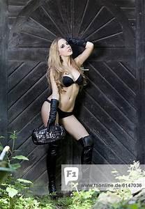 Bh Und Slip : bh hohe stiefel und tasche lange handschuhe posiert vor alter t r slip junge frau mit ~ Buech-reservation.com Haus und Dekorationen