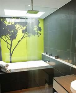 Panneau Deco Salle De Bain : panneau d coratif mural en verre dans la salle de bains l alternative tendance au carrelage ~ Melissatoandfro.com Idées de Décoration