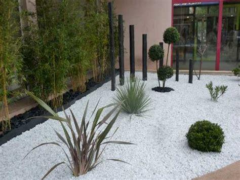 galets noirs et blancs pour faire un coin jardin zen