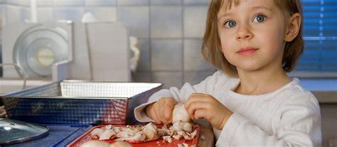 les enfants en cuisine faire participer les enfants dans la cuisine