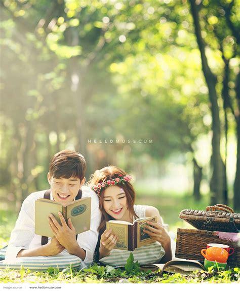 Titik fokus pada foto prewed ketiga belas ini adalah pasangan pengantin yang disorot oleh cahaya sinar matahari dengan kilatan pelangi yang mengitari kedua mempelai. Konsep Foto Prewed ala Korea, Kenapa Tidak? - Stacie Bridal