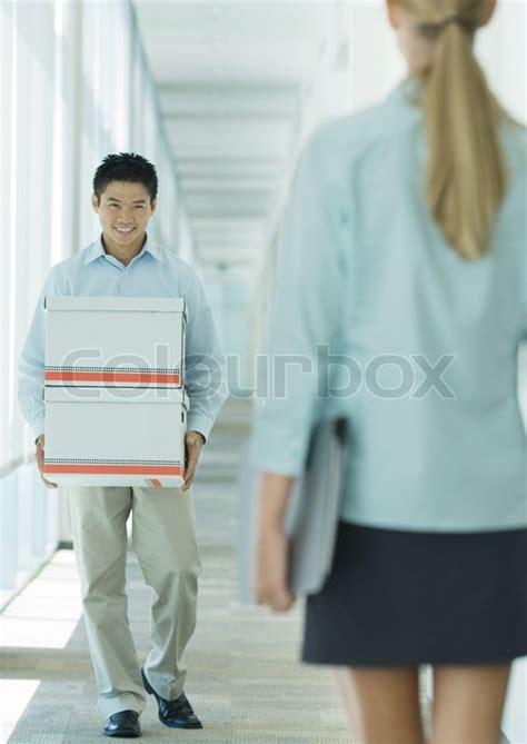 organisation bureau d 騁ude odilon dimier altopress maxppp transporterer kasser på gangen smile til kvindelig kollega stock foto colourbox